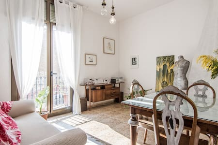 Nice home available throughout the year in quiet and popular neighborhood of Poblenou.   The ambient of the home is creative and artistical and quiet.  Perfect for a couple or friends,