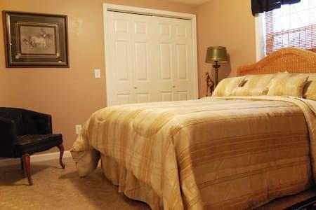 3 Bedrooms, sleeps 8 comfortably  - Forest City - Bed & Breakfast