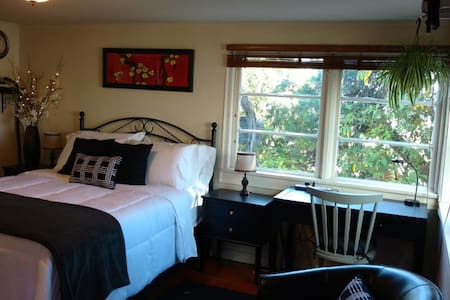 The Black and White Room in Downtown Tacoma - Tacoma - Appartement