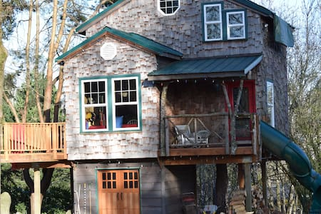 Stay in our cabin-like treehouse situated on a large quiet lot just 25 minutes south of Portland, only 1.5 hour from the coast and mountains. Enjoy the hot tub and continental breakfast, the curly slide and swing under the porch.