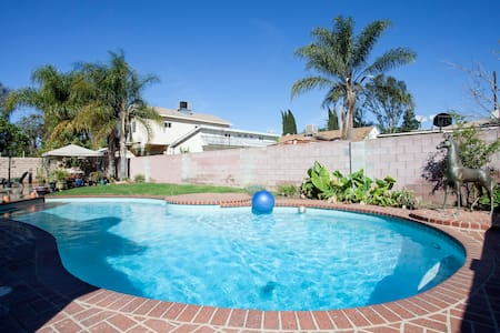 """1 bdRm  with qn size bed, shared bath use of wshr/dry, gourmet kitchen, backyard, pool and a complementary gourmet breakfast included with your stay. Room sleeps 2, see other listing the """"The Private Room"""" for additional space our rent entire home"""