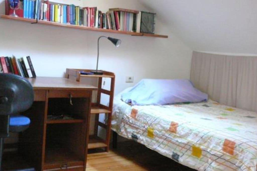 das selbe Schlafzimmer mit Schreibtisch