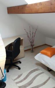 Petite chambre dans une maison - House