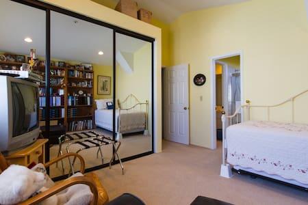 Cozy room with private bath - Costa Mesa - House