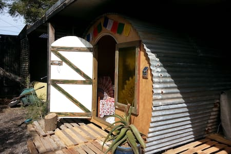 Creative, colourful & cosy cottage/gypsy getaway! - Bed & Breakfast