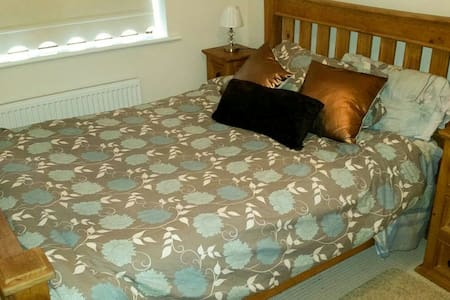 Lovely room close to city & coast - Roscam - House