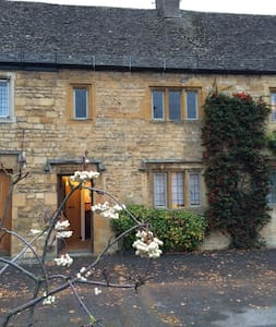 lovely high street cotswold cottage - House