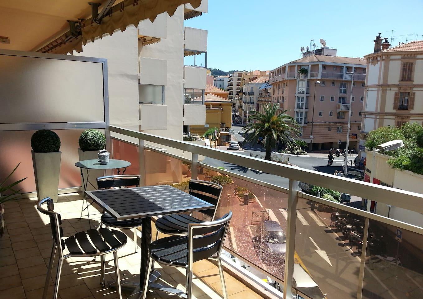 Grande terrasse ensoleillée idéale pour repas, lecture et farniente