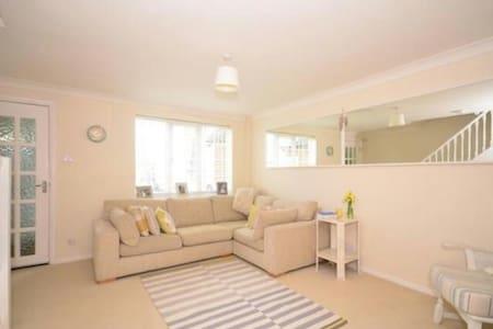 Sunny, Sociable Horsham home - Casa