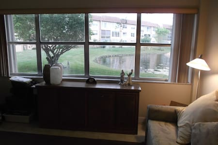 Cozy 1 bedroom overlooking a lake.  - Daire