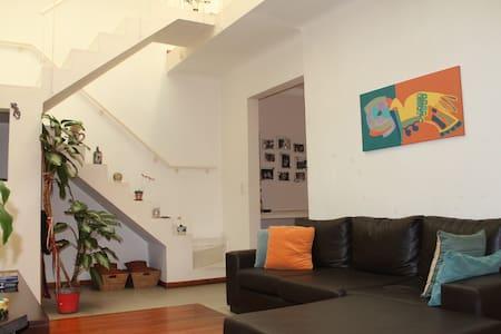 Habitaciones cálidas y tranquilas en pleno centro. - Casa