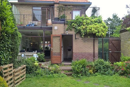 Semi-detached family home, near beach and city - Rumah