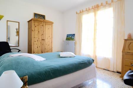 Chambre ensoleillée Gréoux les Bains avec balcon . - Wohnung
