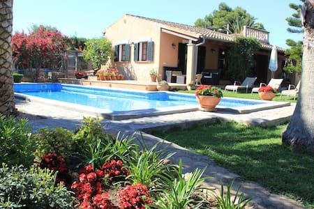 Guest house, lush garden ,pool. - Hus