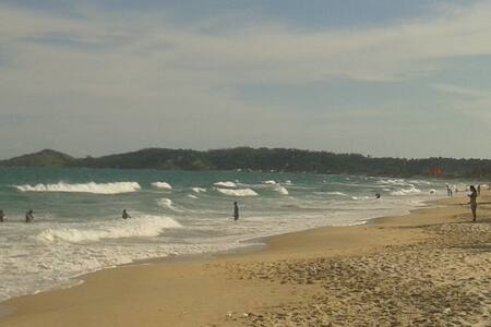 Studio em bela praia com piscinas naturais e ondas - Apartment