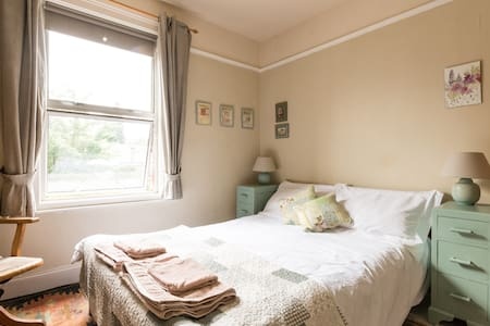Welcoming artistic house. Light,friendly home - Bed & Breakfast