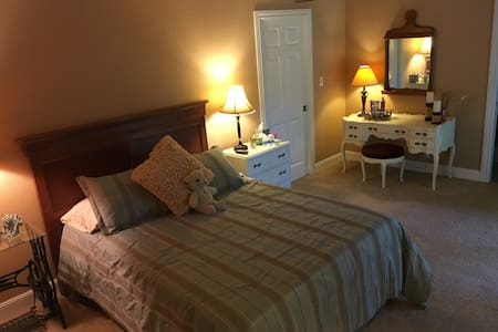 Peaceful Bedroom w/Private Bath/Private Entrance - Elk Grove - Casa