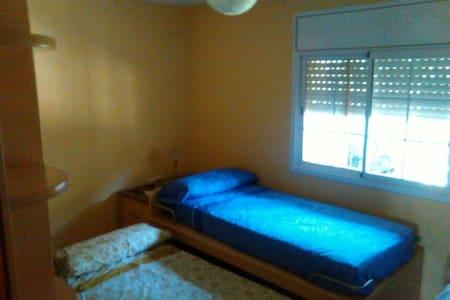 Habitación con dos camas y piscina - Vidreres
