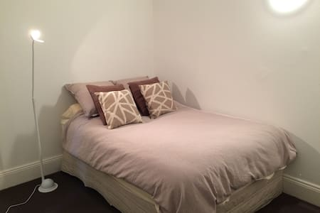 Private bed & bathroom 20 minutes from the City - House