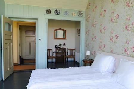 Nostalgic room in old dokter's house, Bladjemous - Bed & Breakfast