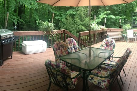 Arrowhead Lakes home, fireplace & large back patio - Coolbaugh Township