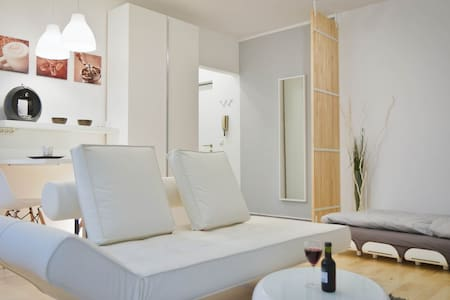 My 31 square meter apartment ist perfect for one person for longer stay. If you are for a project or job in Linz/Austria, this is the perfect place to rent. It is completely furnished and includes Internet and TV.  Minimum stay is 14 days onwards.