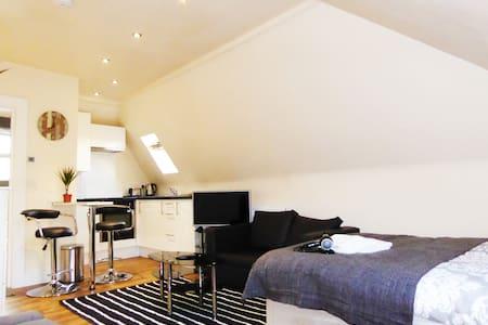 Shoreditch/Brick lane studio.Sleeps 4 clean&cozy!! - London - Apartment