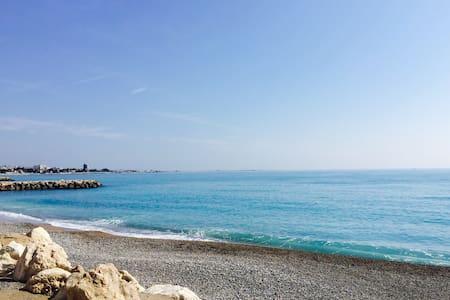 Calm & Romantic flat. 100M to beach