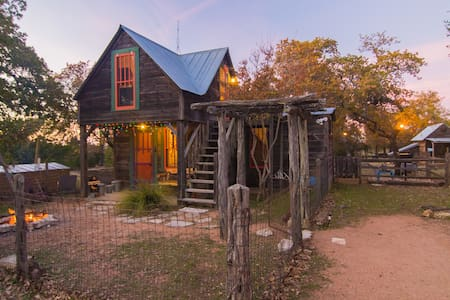Small Eclectic Cabin 10 acres 8 mi to Fbg Pets OK - Cabaña