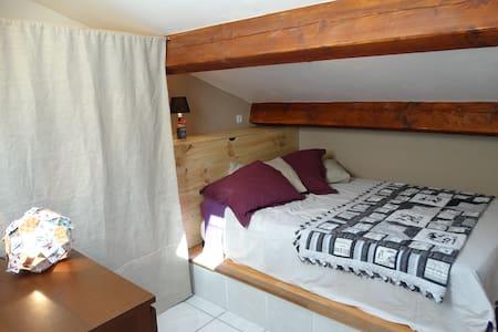 Chambre mansardée et sa salle de douche privative - Casa de huéspedes
