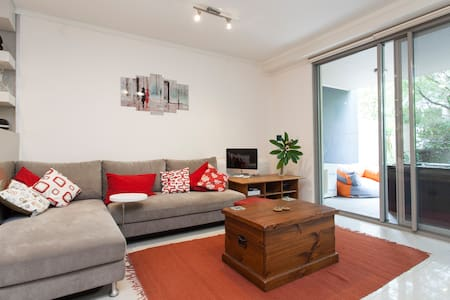 Light-filled 2-bed 2-bath apartment. So quiet you won't believe it's just 10 minutes walk to Newtown or Erskineville. Located between the airport and the city. Use of the building pool and gym included.