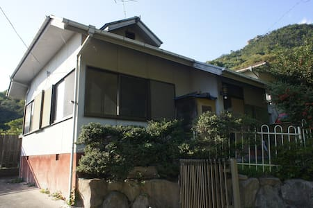 尾道市向島のリゾート地、丘の上の小さな別荘。窓からは瀬戸内海の多島美を望めます。 - Onomichi - House