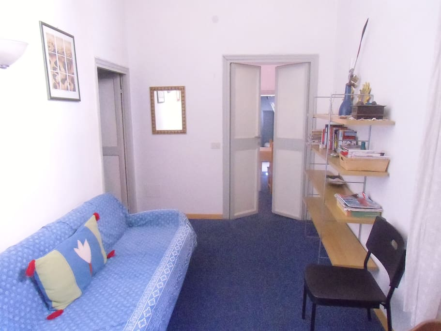 L'ingresso con porta antica
