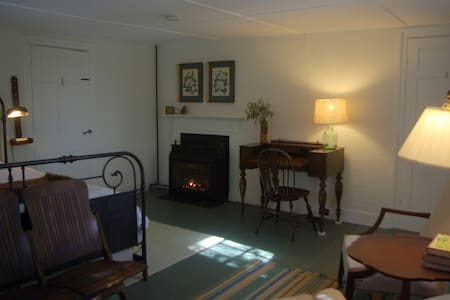 Old Story Farm B&B: 1820 King Room - Hopkinton - Szoba reggelivel