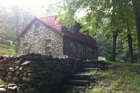 Charming Vintage Stone Cottage Room - Ev