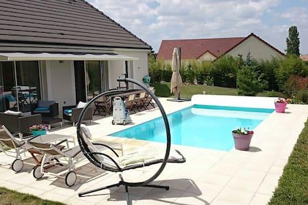 Charmante maison avec piscine, proche commerces - Haus