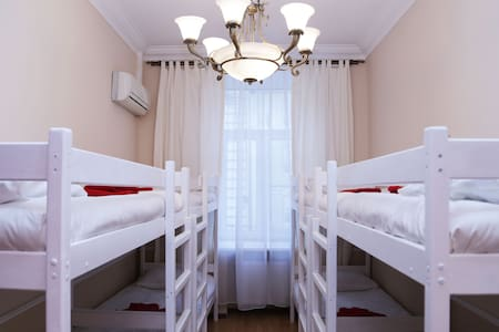 кровать в мужском номере 8 человек