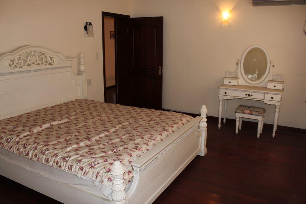 二楼卧室,面朝花园,带独立卫生间