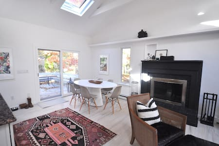 Newly Listed -Bright & Cozy Home near the Bay - East Hampton - Hus