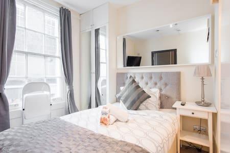 Small Clean Hyde Park Studio, WiFi - Apartment
