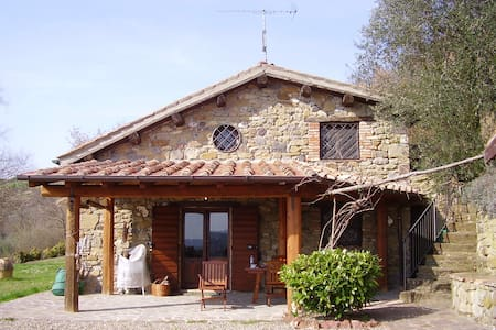 Casale nella campagna di Siena