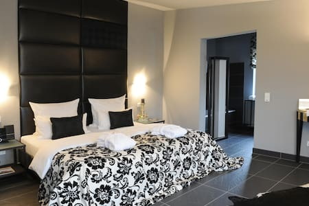 Jugendstil-Hof 5*****P /black&white - Pousada
