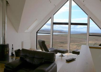 5 star Locholly Luxury Cottage with Hot Tub - Achiltibuie - House