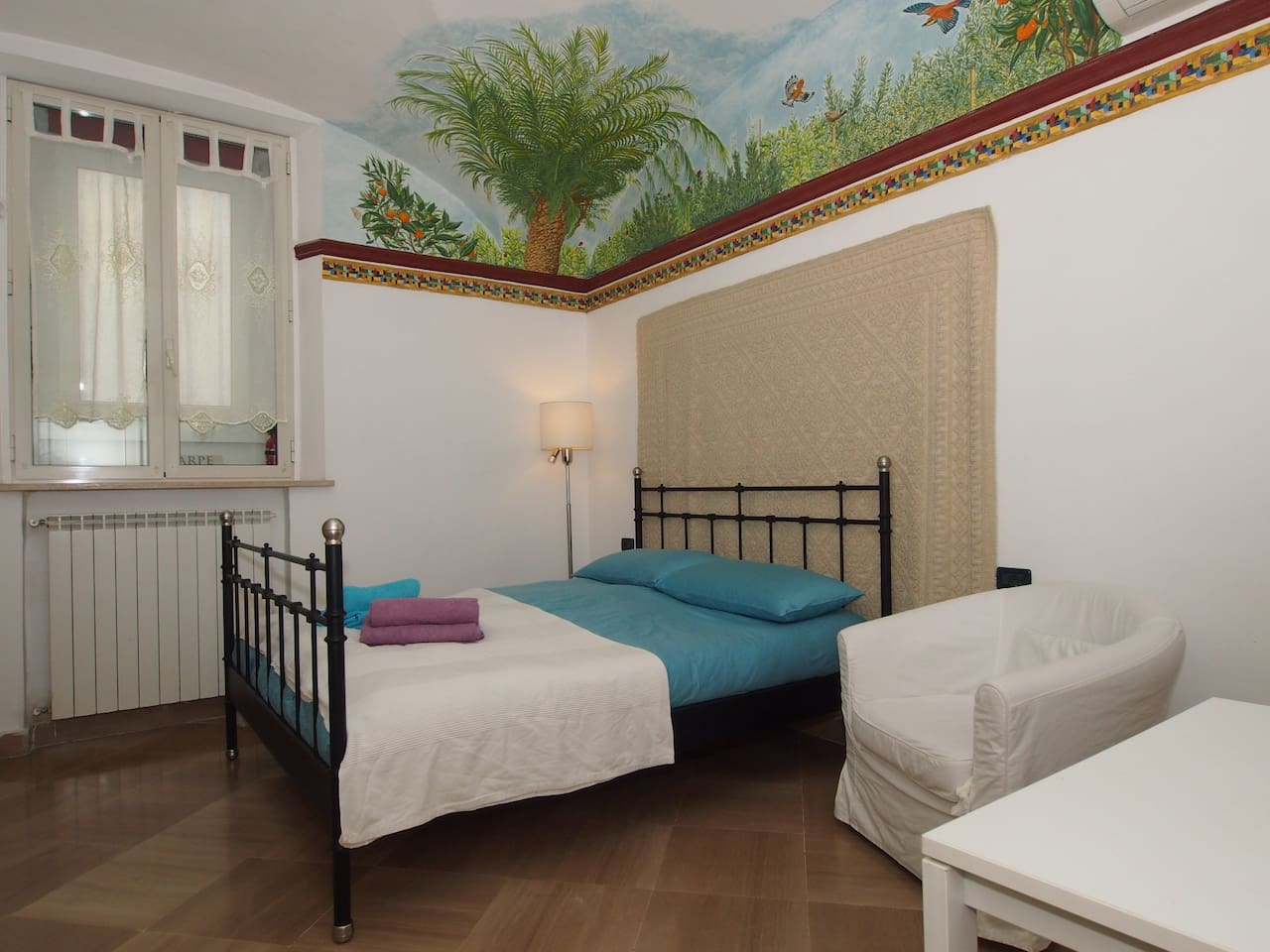 A large studio 25sqm with a large bed and a fresco painting's on the wall, like classical roman domus, with heather and clima for a confortable stay