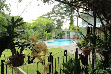 POS Oasis 1BR Apt, garden, pool, kitchen, wifi - Port of Spain - Departamento