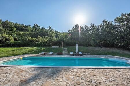 Traditional villa w/swimming pool - Huvila