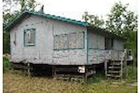 Riverside Rustic Cabin close to WPG - Chalet