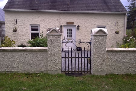 Cosy 100 year old  Two Bed Cottage - Patrickswell - Casa