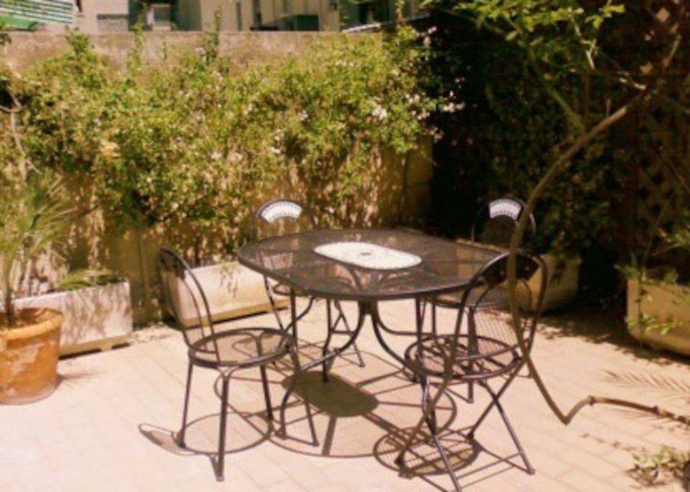 La terrazza, attrezzata con sedie e tavolo e uno spazio più grande per i bambini o prendere il sole