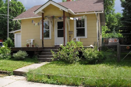 Cute bungalow in beautiful historic district - Casa